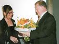 Ministerpräsident Erwin Teufel überreicht Heike Kirchhoff einen Blumenstrauß.