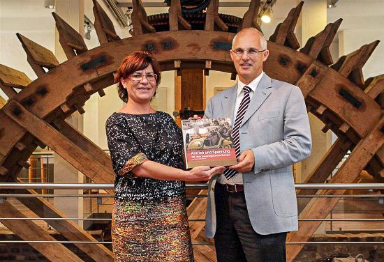 Olaf Tünkers präsentiert mit Heike Kirchhoff den Ausstellungskatalog.