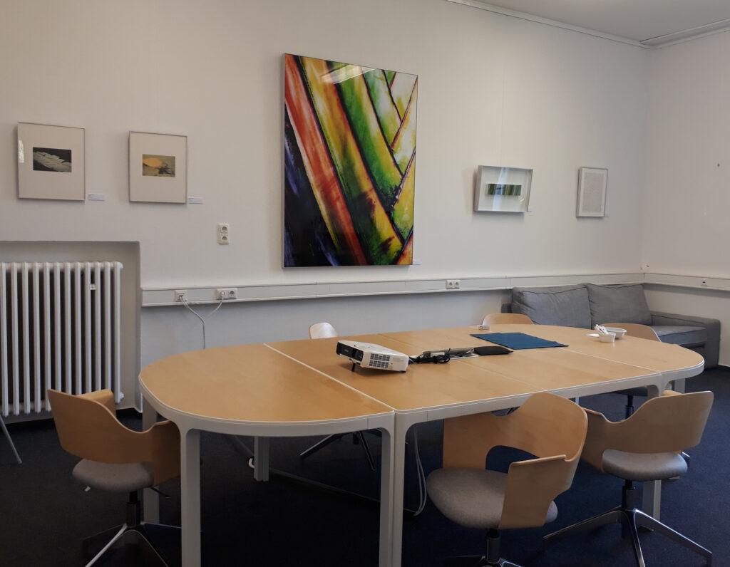 Büroraum der Firma Permanent IT mit ausgestellten Werken.