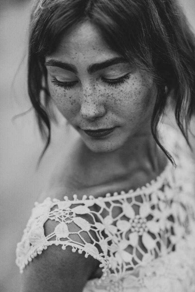 Schwarzweiß-Portrait einer anmutigen, jungen Frau.